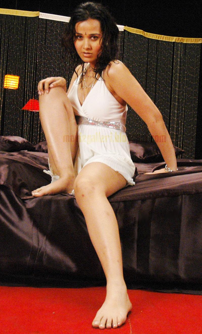 Priyanka kothari nisha kothari latest hot bedroom pics for Hot bedroom photos